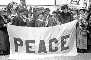 Les Tablettes à La Haye de 'Abdu'l-Bahá décrivent les fondements spirituels nécessaires à la paix. Son centenaire est commémoré par la communauté bahá'íe des Pays-Bas.