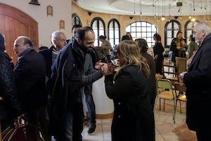 En una reunión en Susa, Túnez, organizada por la comunidad bahaí del país, se reunieron unas cuarenta personas, entre las que se encontraban dirigentes religiosos y de la sociedad civil, para intercambiar ideas y estudiar distintos puntos de vista sobre el progreso de las mujeres en Túnez.