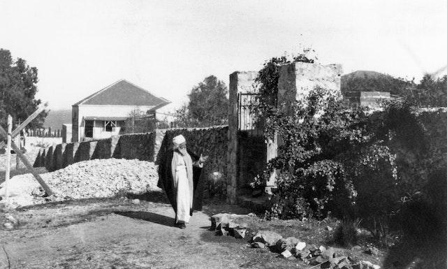 'Abdu'l-Bahá a passé les dernières années de sa vie à Haïfa et y a été provisoirement enterré dans un caveau situé dans le tombeau du Báb.