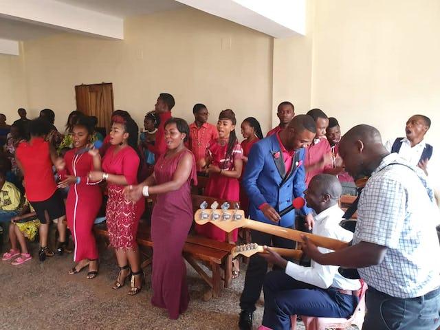 Une chorale locale chantant lors d'une conférence pour des chefs à Bukavu, dans le Sud-Kivu. Leurs chansons ont exprimé certains des thèmes abordés lors de la conférence, notamment le véritable but de la religion, l'unité de la famille humaine, la promotion du progrès matériel et spirituel et le rôle essentiel des femmes dans l'édification d'une société pacifique.
