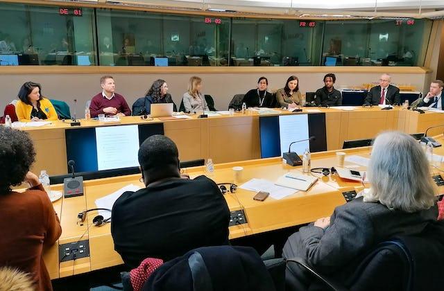 Asistentes al debate del Parlamento Europeo en el que unos 40 legisladores y representantes de la sociedad civil estudiaron cómo superar las diferencias mediante un lenguaje unificador.