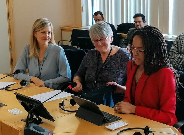 La table ronde du Parlement européen sur le rôle du langage dans la promotion d'une identité commune a été animée par deux membres de l'intergroupe contre le racisme et pour la diversité (ARDI) du Parlement Européen – Samira Rafaela (à droite) et Julie Ward (au centre) – et présidée par le bureau du BIC de Bruxelles, représenté par Rachel Bayani (à gauche).