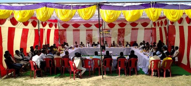 Trente chefs de village, ou pradhans, se sont réunis lors d'une conférence organisée par la communauté bahá'íe d'Inde dans le village de Gapchariyapur, en Uttar Pradesh, pour une discussion constructive sur leur responsabilité partagée pour la prospérité et le bien-être spirituel de leur peuple. Les 30 pradhans représentent quelque 380 villages de la région, qui comprend un total de 950 villages et environ 1 million de personnes.