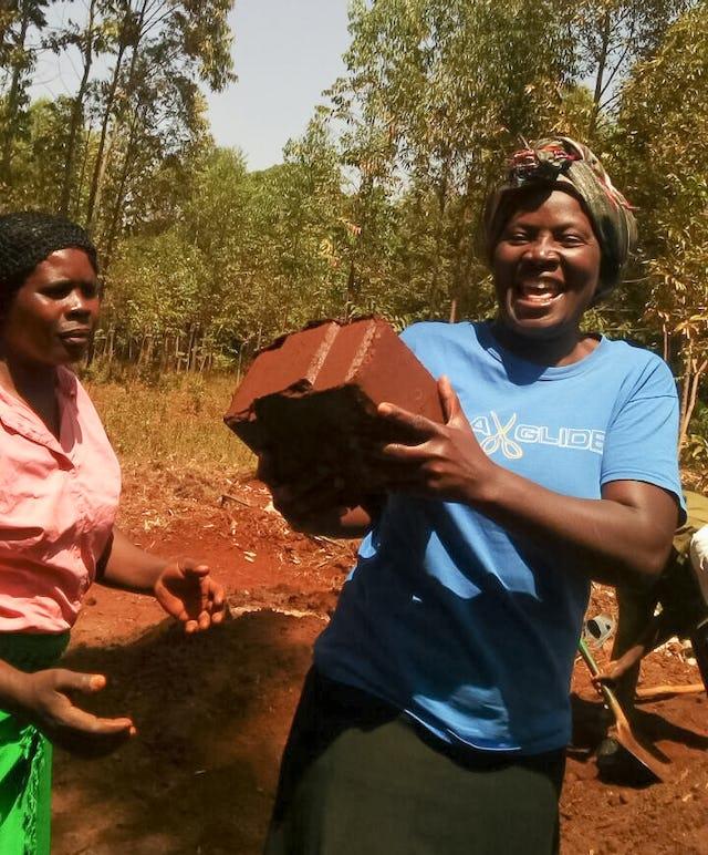 Lorsque les communautés voisines ont pris connaissance du projet à Namawanga, elles se sont toutes engagées à envoyer des volontaires pendant plusieurs jours ou semaines.