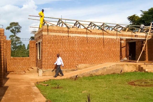 Des volontaires du village de Namawanga, au Kenya, et des environs, se sont réunis ces derniers mois pour entreprendre la construction d'un établissement d'enseignement de 800 mètres carrés pour leur village.