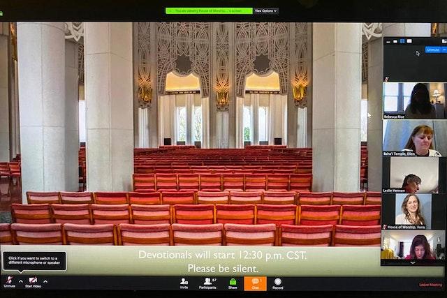 À la maison d'adoration de Wilmette, aux États-Unis, des programmes réguliers de prière ont été temporairement mis en ligne et comprennent une présentation visuelle destinée à transmettre le sentiment d'être assis dans le temple.