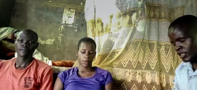 La imagen muestra a los residentes de un mismo hogar. Reuniones de oración en un hogar de Kiyunga, Uganda. Los programas forman parte de la rutina diaria de las familias que se reúnen a orar para aliviar el sufrimiento de su país y de todo el mundo.
