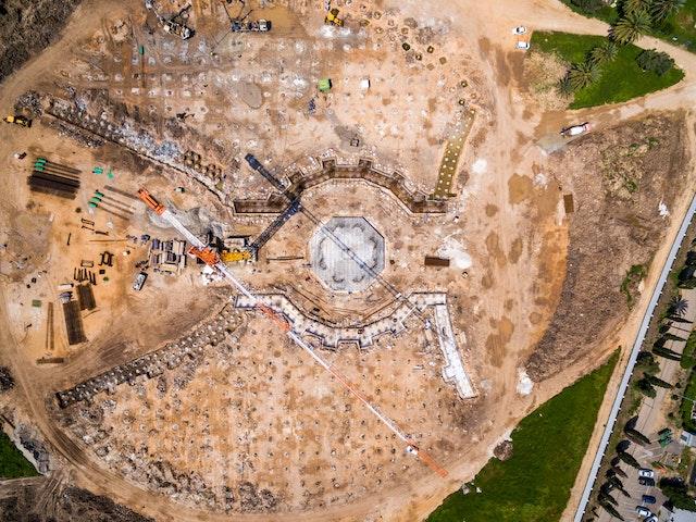 Vue aérienne de l'avancement des travaux de construction du mausolée de 'Abdu'l-Bahá.