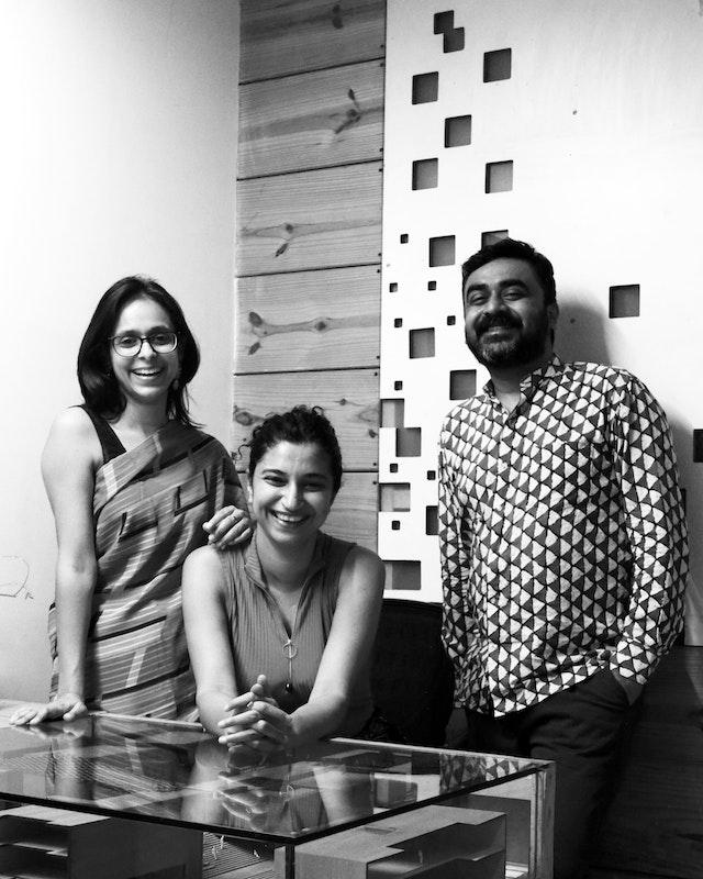 Les membres fondateurs de SpaceMatters, le cabinet d'architecture chargé de la conception de la maison d'adoration bahá'íe à Bihar Sharif, en Inde. De gauche à droite : Moulshri Joshi, Amritha Ballal et Suditya Sinha.