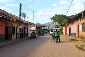 Un programa de inspiración bahá'í que establece bancos comunitarios en Nicaragua recurre a la experiencia y a los sólidos principios para responder a las circunstancias desafiantes. «Estos bancos se basan en los principios bahá'ís del servicio y la preocupación por el bienestar de todos», dice el coordinador nacional del programa (Imagen: Christopher Sayan en Wikipedia [CC BY-SA](https://creativecommons.org/licenses/by-sa/3.0/deed.es), editada)