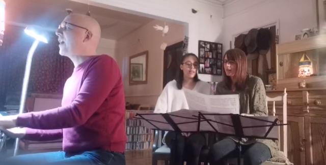 Au Royaume-Uni, une famille interprète une sélection de musiques en direct sur le thème de l'unité essentielle de l'humanité. De nombreuses émissions ont été faites dans le monde entier, depuis des salons, pour stimuler la réflexion sur des principes spirituels profonds.