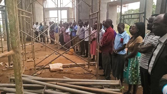 Fotografía tomada antes de la actual crisis sanitaria mundial. Ya desde antes del inicio de las obras, personas de diferentes religiones realizan reuniones de oración en el terreno de la Casa de Adoración bahá'í de Matunda, Kenia.