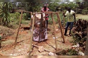 Construction d'une « tour d'alimentation » au centre de formation de la fondation Kimanya-Ngeyo pour la Science et l'éducation, une organisation d'inspiration bahá'íe en Ouganda.