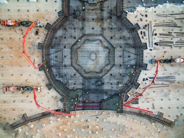 Con un proceso de hormigonado que duró toda una noche, se construyó hace poco una plataforma con un área de 2900 metros cuadrados en el centro del solar, concluyendo con ello las obras de la cimentación central.