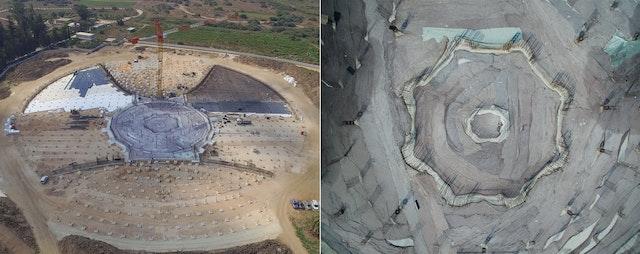 Se han puesto ya los cimientos del edificio y la obra se aproxima a una nueva fase. Dentro del círculo más amplio del solar, se está colocando la base de los jardines en pendiente que se elevarán desde el sendero circundante hasta culminar por encima del lugar en el que descansarán los restos sagrados de 'Abdu'l-Bahá.