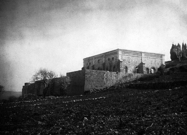 Aunque confinado en la ciudad de 'Akká y afrontando enormes desafíos, 'Abdu'l-Bahá dirigió la construcción, en el Monte Carmelo, de un majestuoso mausoleo, el Santuario que se convertiría en el sepulcro definitivo de los restos del Báb.