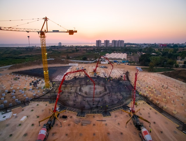 With an overnight concrete pour, a platform across an area of 2,900 square meters was recently cast at the center of the site, bringing the central foundation work to completion.