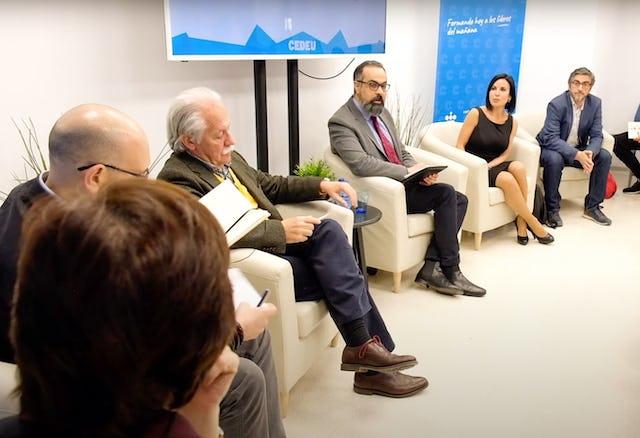Photographie prise avant la crise sanitaire actuelle. Les bahá'ís d'Espagne ont eu des conversations avec des journalistes et d'autres acteurs sociaux sur la nécessité de surmonter la division et la polarisation en réponse aux crises.
