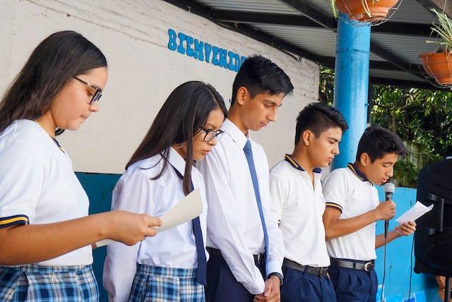 Photographie prise avant la crise sanitaire actuelle. L'éducation morale et spirituelle est un aspect essentiel de l'apprentissage des élèves de l'école Riḍván et a été intégrée aux pro-grammes pendant la crise.