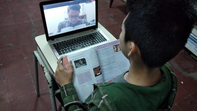 Les enseignants de l'école de Riḍván proposent des cours en ligne et par d'autres moyens, notamment à distance de sécurité dans les rues du quartier où les familles ont un accès limité ou inexistant à l'internet.