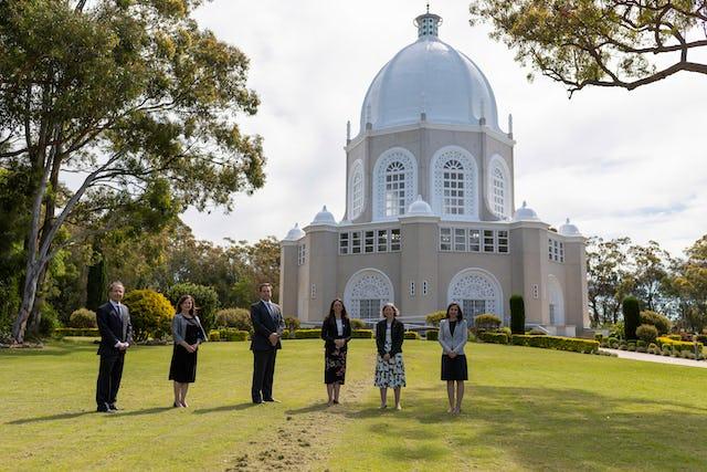 Le député Jason Falinski [visite] (https://news.bahai.org/fr/story/1466/) la maison d'adoration bahá'íe à Sydney, où il a reçu un exemplaire de Creating an Inclusive Narrative.