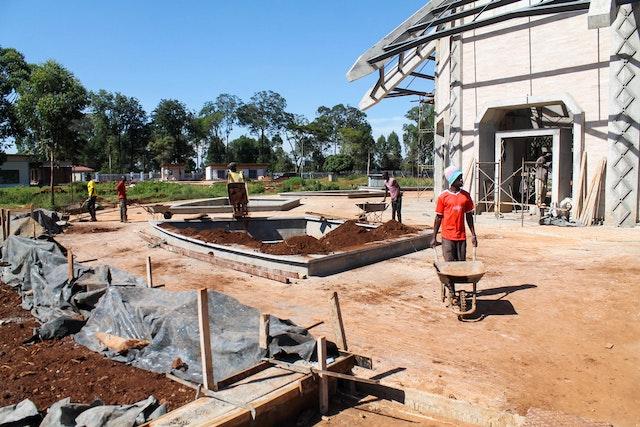 Des jardinières sont en cours de préparation sur le socle autour de l'édifice central.