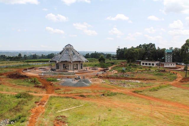 À Matunda Soy, au Kenya, la construction de la maison d'adoration locale est à présent proche de l'achèvement.