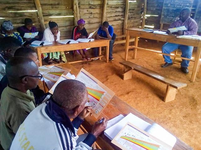Photo prise avant la crise sanitaire actuelle. Des membres de la communauté de Chanjavu sont formés en tant qu'éducateurs sanitaires.