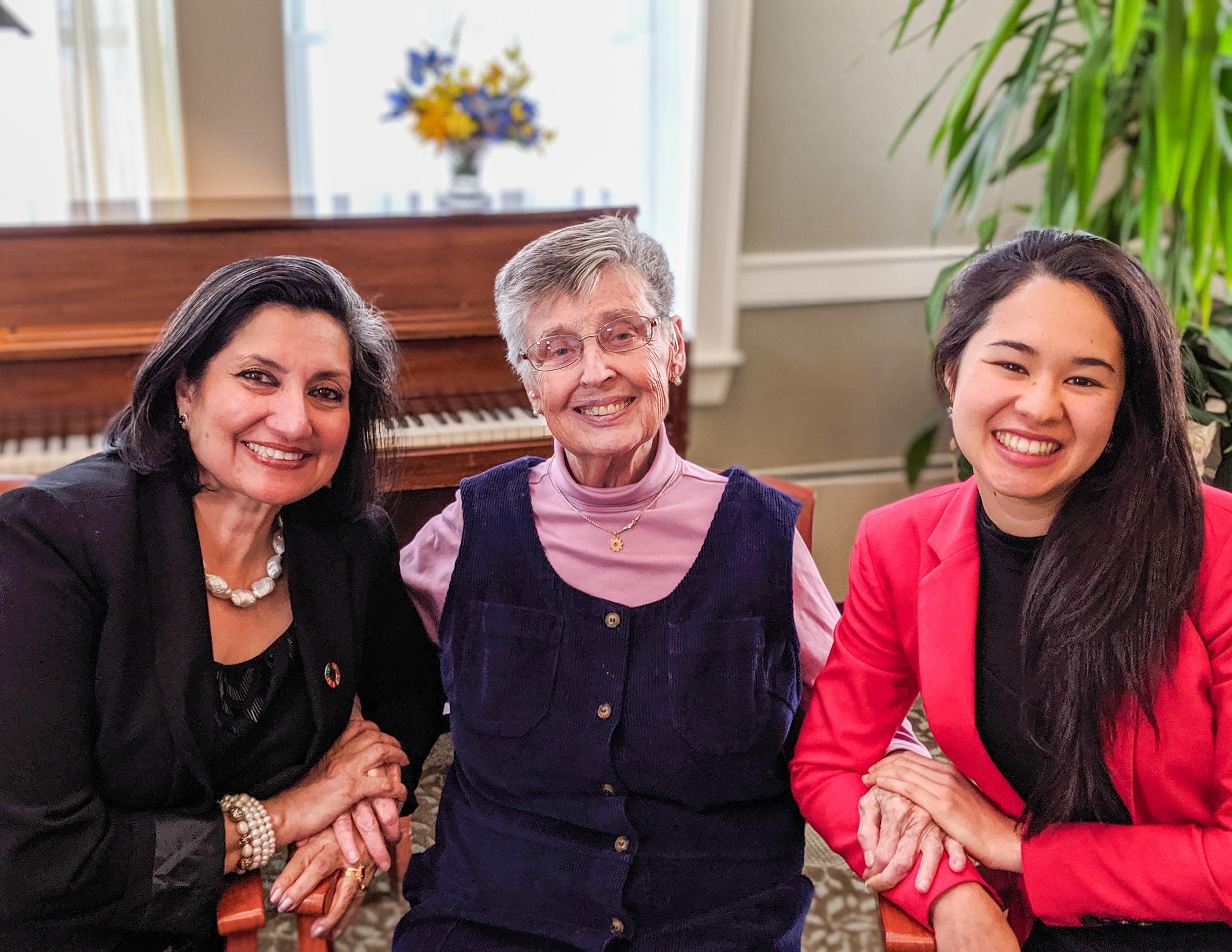 Бани Дугал, главный представитель МСБ (слева), и представитель МСБ Сапфира Рамешфар (справа) с Мэри Пауэр, которая в качестве главного представителя МСБ в 1995 году председательствовала на крупном форуме неправительственных организаций на Четвертой Всемирной конференции по положению женщин.