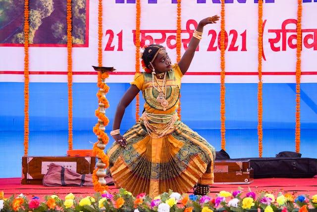 Des enfants et des jeunes ont joué un rôle particulier dans le programme, en contribuant à l'atmosphère de dévotion par des chants et des représentations musicales.