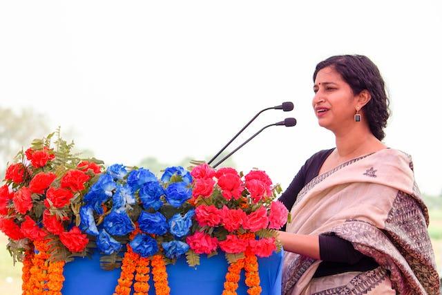 Amritha Ballal, qui fait partie des fondateurs de SpaceMatters, le cabinet d'architecture qui a conçu la maison d'adoration, prenant la parole lors de la cérémonie d'inauguration.