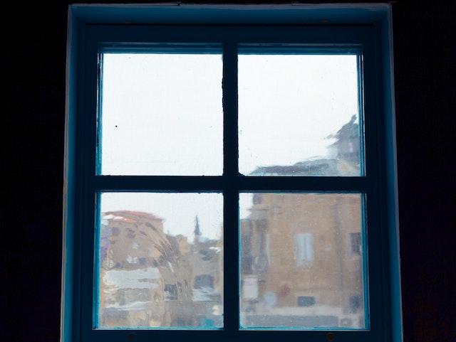Les techniques traditionnelles de soufflage du verre ont été utilisées pour produire les vitres.