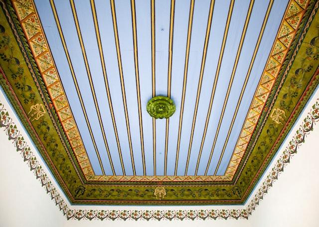 Un plafond restauré dans la maison de 'Abbúd.