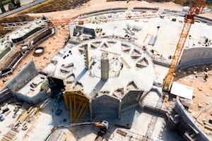 Des segments du mur plissé autour de la place centrale sont également en cours de construction tandis que les travaux sur les jardinières de la place nord progressent.
