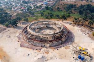 Si bien en su fase inicial, el templo bahá'í genera una acción más amplia con el progreso material y espiritual de la sociedad congoleña como objetivo.