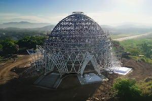 La superestructura de acero, ya totamente finalizada, se eleva sobre la zona de Waigani en Port Moresby (Papúa Nueva Guinea).