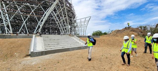 Un grupo de periodistas de diversos  medios de comunicación visitan las obras de la Casa de Adoración bahá'í y reciben información sobre la trascendencia del templo como símbolo de unidad.