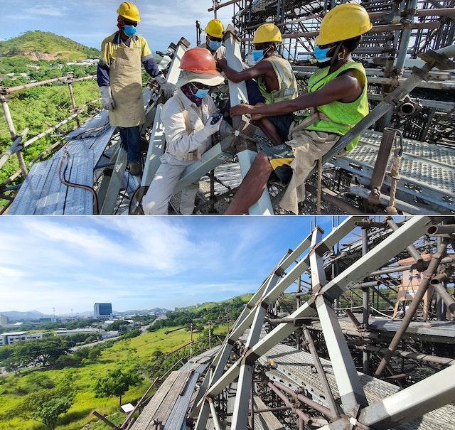 Varios obreros ensamblan los elementos de acero de la estructura con extrema precisión, mientras un topógrafo guía el proceso desde el suelo.
