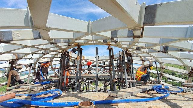 Los componentes de la malla de acero del anillo de compresión convergen en el ápice de la cúpula de la Casa de Adoración.