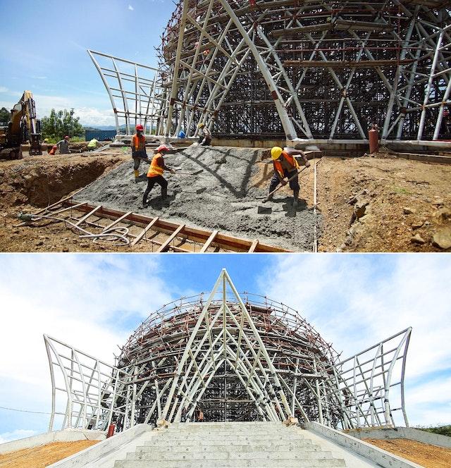 Vertido de hormigón para reforzar el terreno como preparación previa a la construcción de la escalinata que conduce a la marquesina de la entrada principal del templo. La imagen inferior muestra una de las nueve escalinatas.