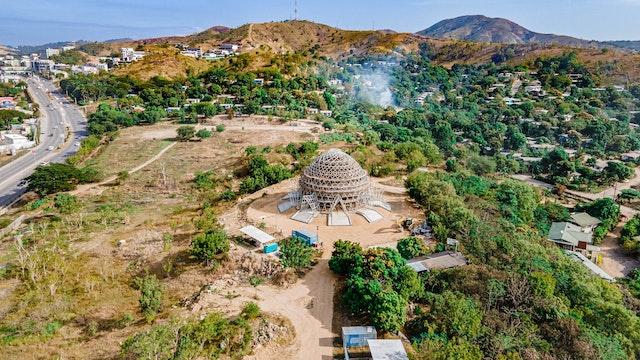 Con la terminación de la superestructura de acero, la silueta incipiente de la Casa de Adoración se  divisa desde todas direcciones al aproximarnos a la zona de Waigani en Port Moresby (Fotografía: Shannon Ambu).