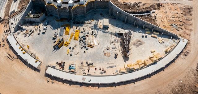 En otra parte de la obra, se avanza en los trabajos del sendero que rodea el Santuario, encontrándose ya terminados los dos tercios de su base de hormigón.