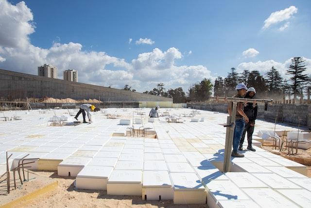 Antes de que se pueda acometer la base de hormigón de la plaza sur, se necesita embutir bloques de «espacios huecos» para separar la losa de hormigón del suelo.