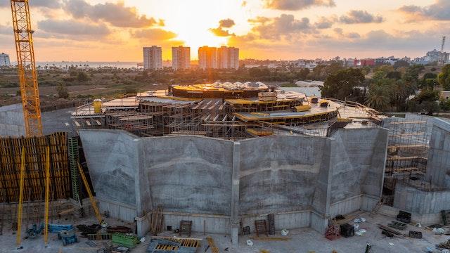 Esta imagen muestra las últimas fases de la construcción de los segmentos que conectan los muros de la plaza central con los de los portales norte y sur.