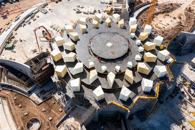 Esta panorámica aérea muestra el incipiente diseño de la pérgola y de los tragaluces que se extenderán desde el edificio principal.