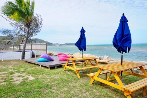 outdoor seating base hostel magnetic island