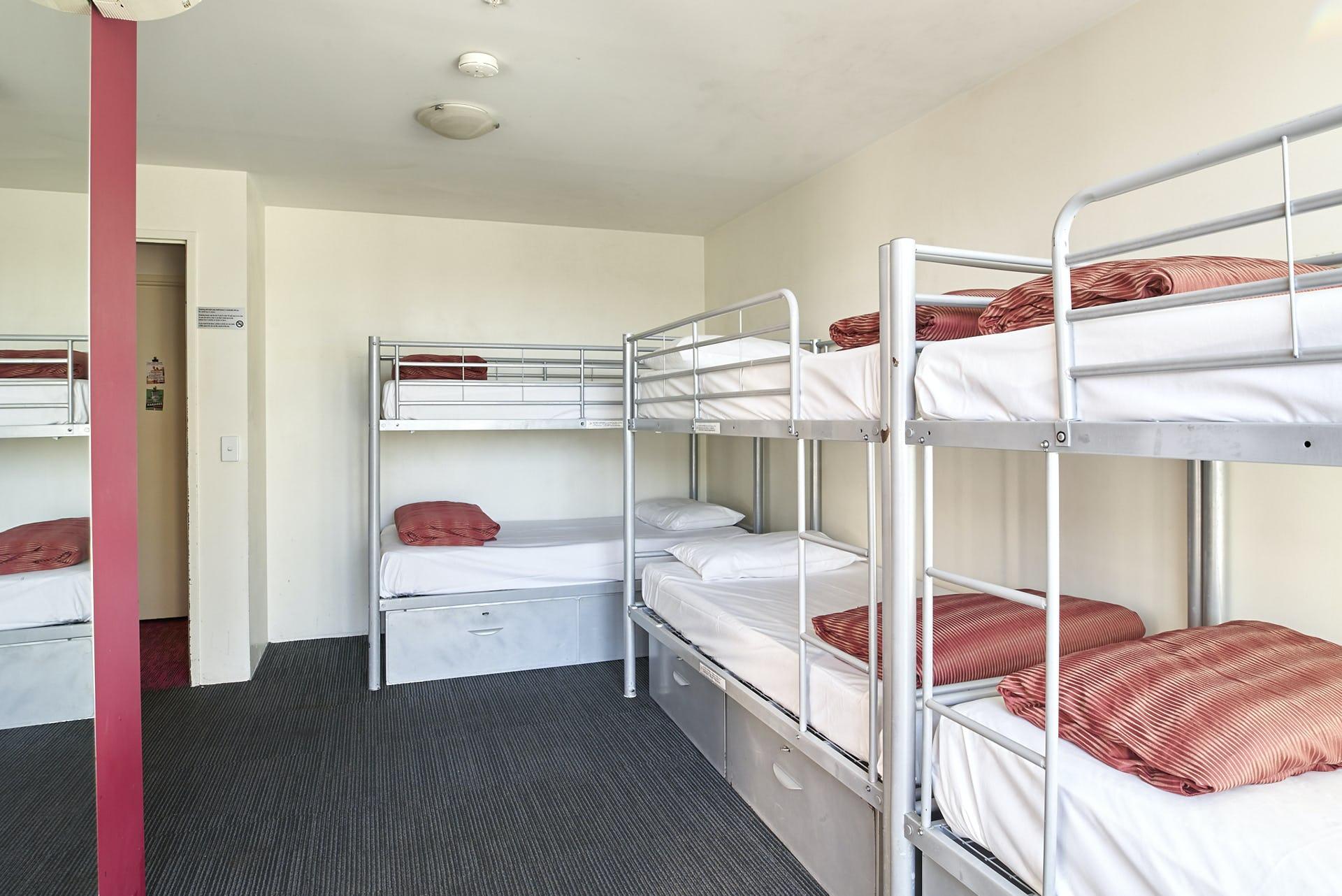 Base墨尔本背包客旅馆的8床套房