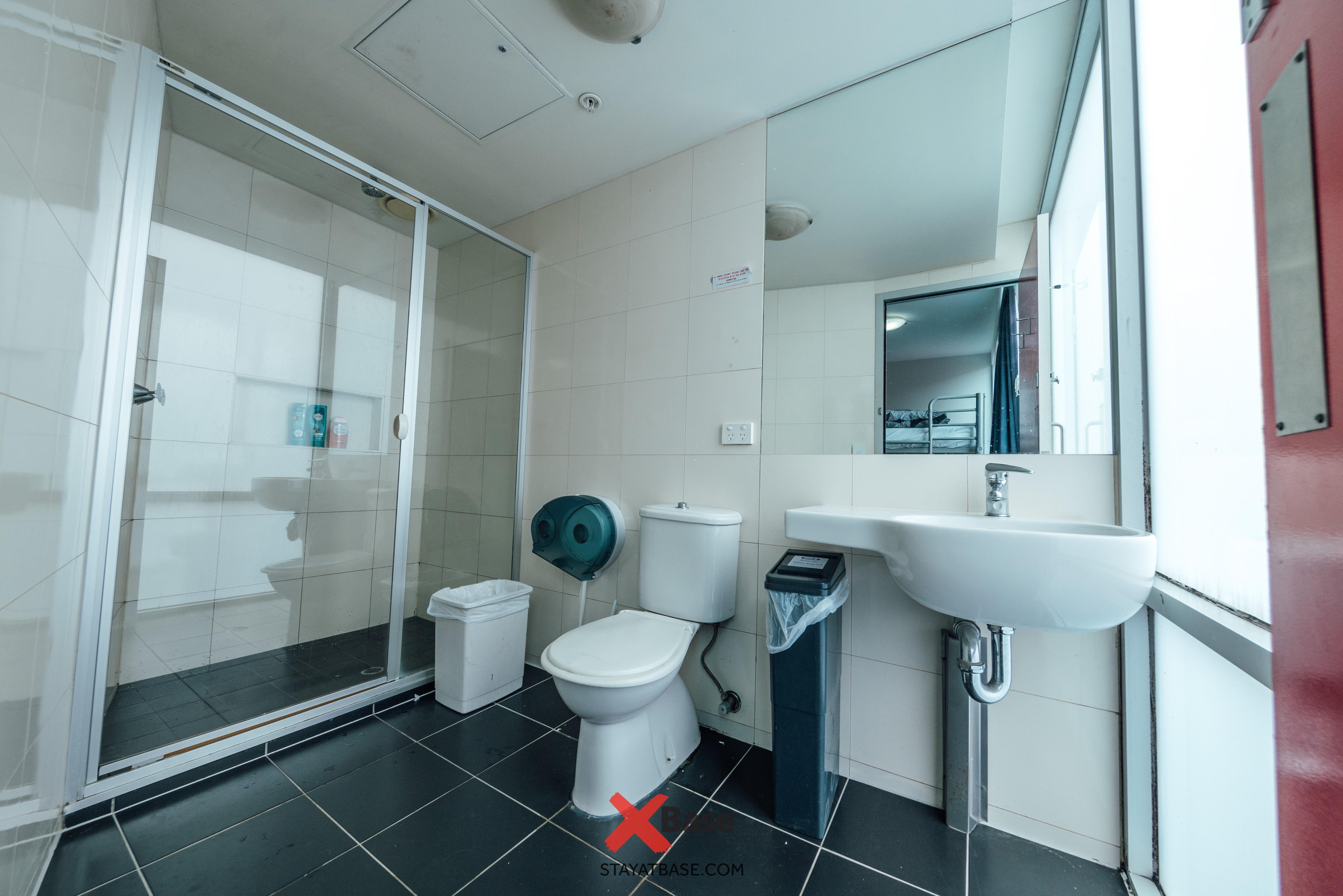 Base墨尔本背包客旅馆的套房浴室