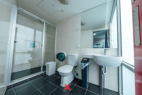 ensuite bathroom at base melbourne hostel