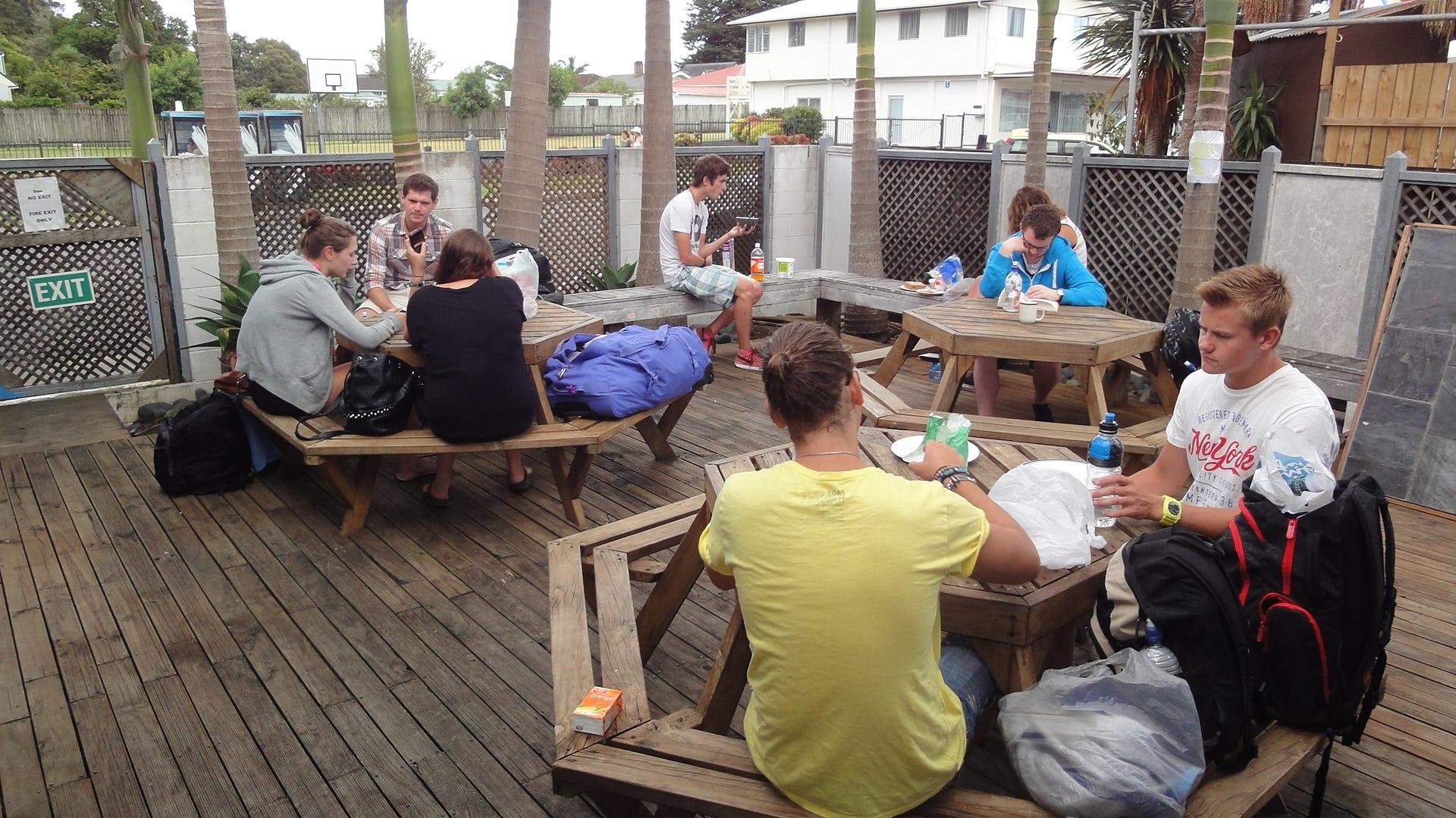 Base岛屿湾背包客旅馆的桌子